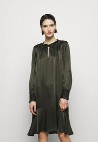 Bruuns Bazaar - BAUME ESTE DRESS - Koktejlové šaty/ šaty na párty - green night - 0