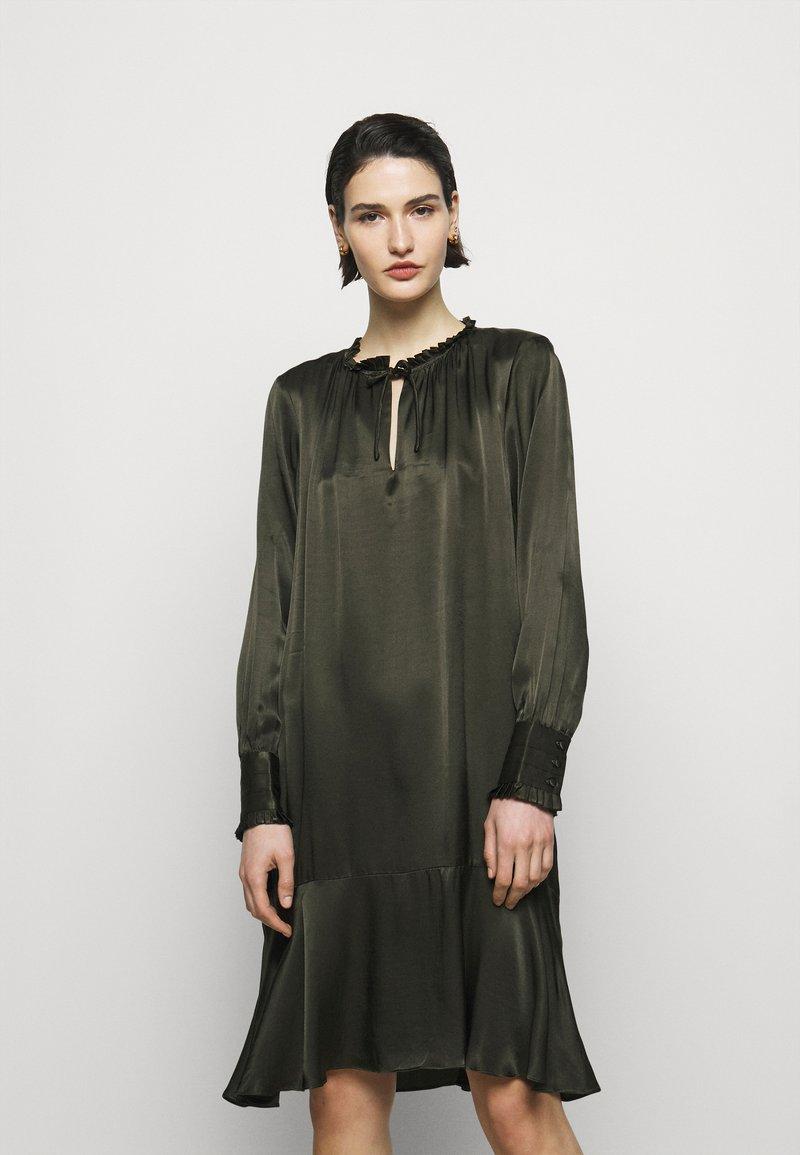 Bruuns Bazaar - BAUME ESTE DRESS - Koktejlové šaty/ šaty na párty - green night