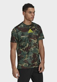 adidas Performance - CAMOUFLAGE GT1 DESIGNED2MOVE PRIMEGREEN WORKOUT GRAPHIC T-SHIRT - T-shirt med print - green - 2