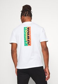 Tommy Jeans - TJM VERTICAL LOGO TEE - T-shirt print - white - 0