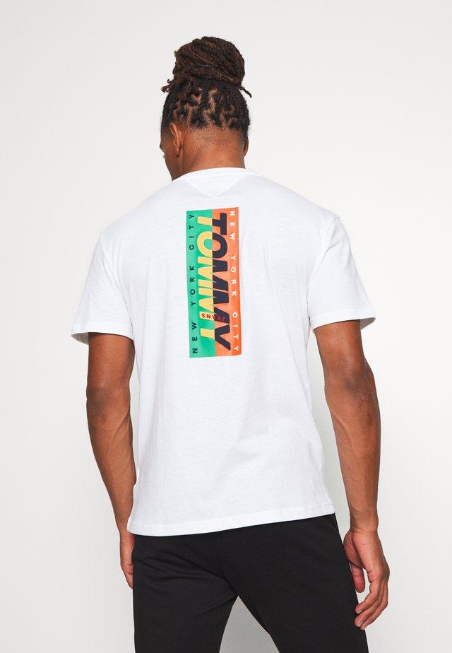 TJM VERTICAL LOGO TEE - Camiseta estampada - white