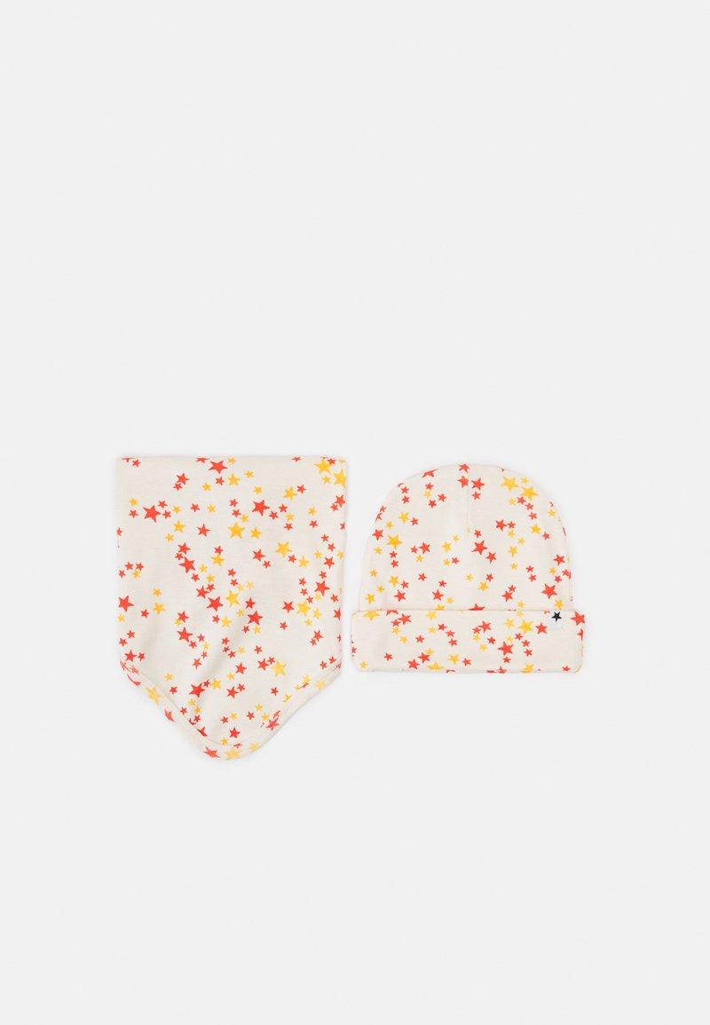 Molo - BIB AND HAT SET UNISEX - Beanie - beige/red