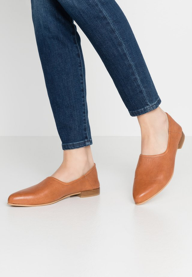 TESSA - Loaferit/pistokkaat - cognac