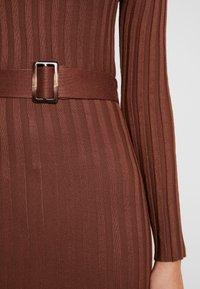 Missguided - BELTED MIDAXI FRONT SPLIT DRESS - Vestido de punto - chocolate - 6