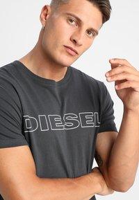 Diesel - UMLT-JAKE - Camiseta estampada - 0darx - 4