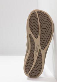 Columbia - KAMBI II - Chodecké sandály - silver sage/fawn - 4