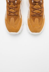 NA-KD - REFLECTIVE DETAIL TRAINERS - Joggesko - cognac - 5