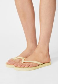 Rubi Shoes by Cotton On - RUBI 2 PACK  - Badsandaler - white/lemon - 0