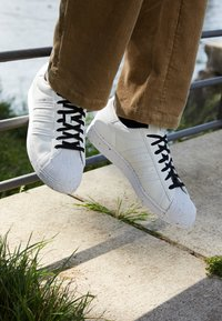 adidas Originals - SUPERSTAR UNISEX - Sneaker low - footwear white/core black