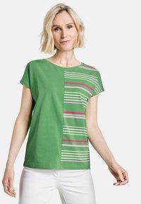Gerry Weber - Print T-shirt - grün/lila/pink patch - 0