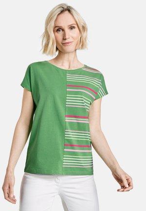 Print T-shirt - grün/lila/pink patch