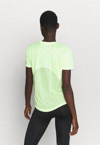 Nike Performance - MILER - T-shirts med print - barely volt/reflective silve - 2