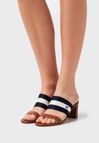 Lauren Ralph Lauren - WHITFIELD - Pantofle na podpatku - deep saddle tan/lau - 0