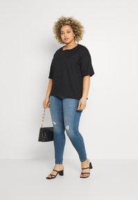 Vero Moda Curve - VMLORAMINA  - Jeans Skinny Fit - medium blue denim - 1