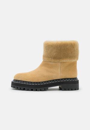LUG SOLE BOOTS - Botas para la nieve - beige