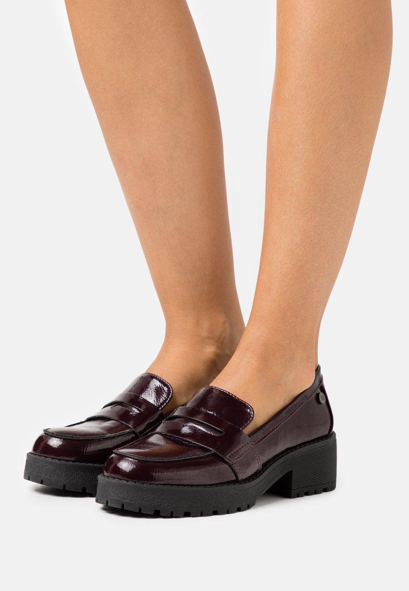 XTI - Slippers - burgundy