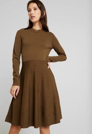 YASBECCO DRESS - Pletené šaty - beech