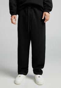 Bershka - UNISEX WIDE FIT - Pantaloni sportivi - black - 0