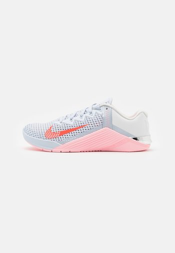 METCON 6 - Zapatillas de entrenamiento - football grey/bright crimson/arctic punch/summit white/metallic silver/sunset pulse