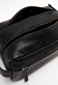Still Nordic - CLEAN 2 ROOM TOLIETRY - Trousse - black - 5