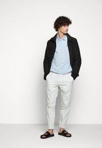 HUGO - HELDOR - Oblekové kalhoty - natural - 1