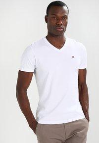 Napapijri - SENOS V - Jednoduché triko - bright white - 0