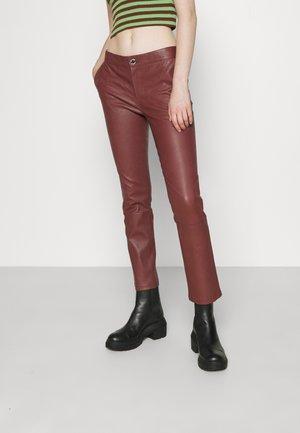 LEYA - Spodnie skórzane - hot chocolate