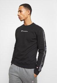Champion - LEGACY TAPE CREWNECK - Sweatshirt - black - 0