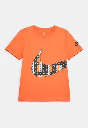 LO-FI LABEL WRAP TEE - Print T-shirt - camellia