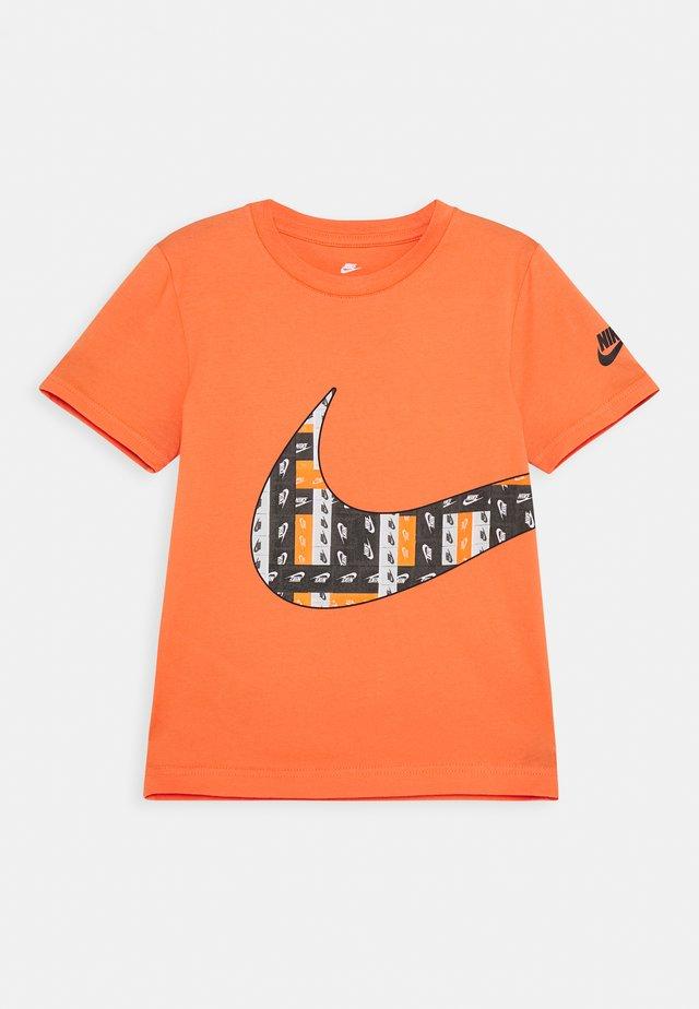LO-FI LABEL WRAP TEE - T-shirt imprimé - camellia