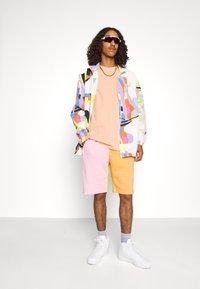 adidas Originals - LOVE UNITES UNISEX  - Short - multicolour - 4
