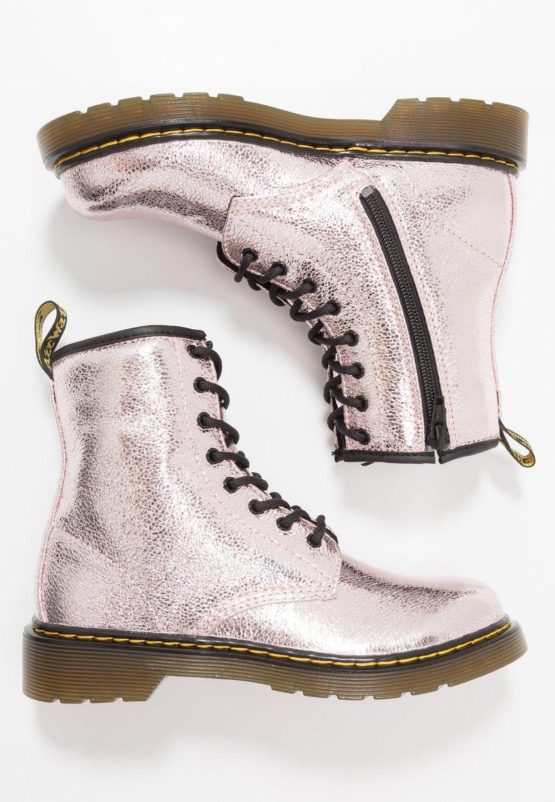 Dr. Martens - 1460 - Nauhalliset nilkkurit - pink salt crinkle metallic