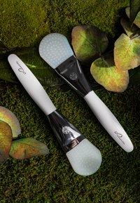 Luvia Cosmetics - DUO MASK BRUSH - Skincare tool - - - 6