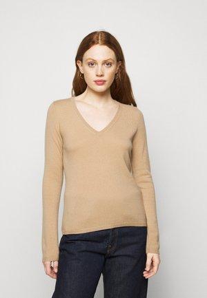 Stickad tröja - almond