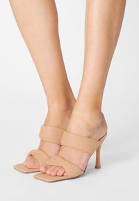 RAID - LIZZEY - Pantofle na podpatku - camel - 0