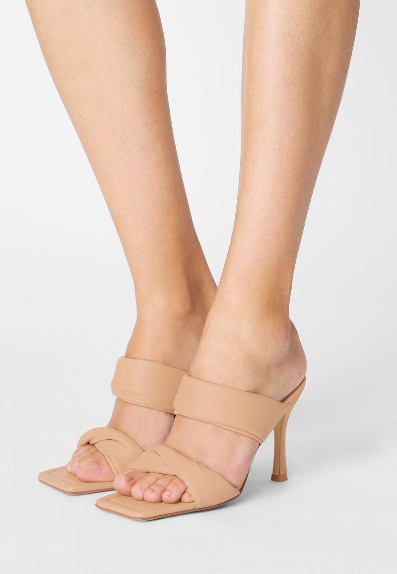 RAID - LIZZEY - Pantofle na podpatku - camel