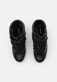 DKNY - LENNI LACE UP - Kotníková obuv na vysokém podpatku - black - 4
