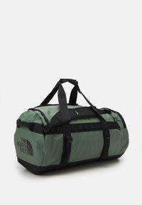 The North Face - BASE CAMP DUFFEL M UNISEX - Sports bag - laurel wreath green/black - 1