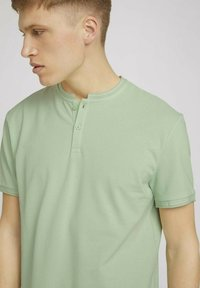 TOM TAILOR DENIM - MIT STREHKRAGEN - Basic T-shirt - smooth green - 3