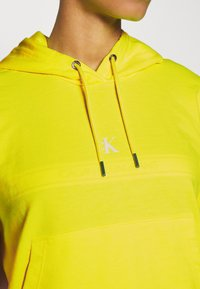 Calvin Klein Jeans - PUFF PRINT CROPPED HOODIE - Hoodie - safety yellow - 5