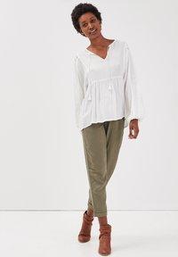 BONOBO Jeans - MIT HOHER TAILLE - Stoffhose - vert kaki - 1