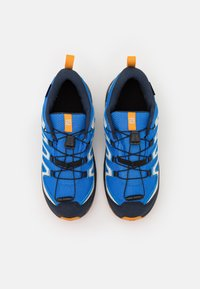 Salomon - XA PRO V8 CSWP UNISEX - Trekingové boty - palace blue/navy blazer/butterscotch - 3