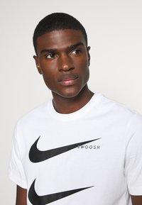 Nike Sportswear - TEE - T-shirt z nadrukiem - white - 3