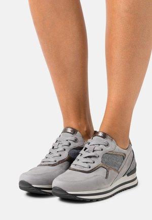 Sneakers laag - grau/bronc/savanne