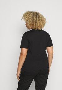 Calvin Klein Jeans Plus - IRIDESCENT TEE - T-shirt con stampa - black - 2