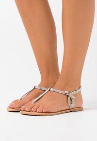 New Look Wide Fit - WIDE FIT GLITZY - Sandalias de dedo - oatmeal - 0
