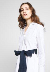 Cortefiel - POPLIN SHIRT STYLE DRESS WITH CONTRAST BELT - Vestito estivo - white - 4