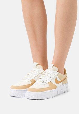 AIR FORCE 1 PIXEL - Sneakers basse - sail/bucktan/coconut milk/lemon drop