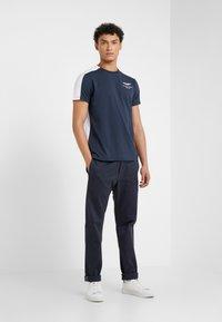 Hackett Aston Martin Racing - AMR TEE - T-shirt z nadrukiem - navy/white - 1