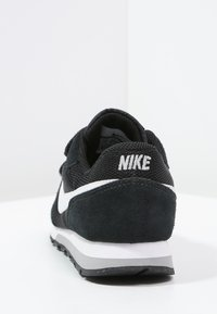 Nike Sportswear - MD RUNNER 2 BPV - Sneakersy niskie - black/white/wolf grey - 3